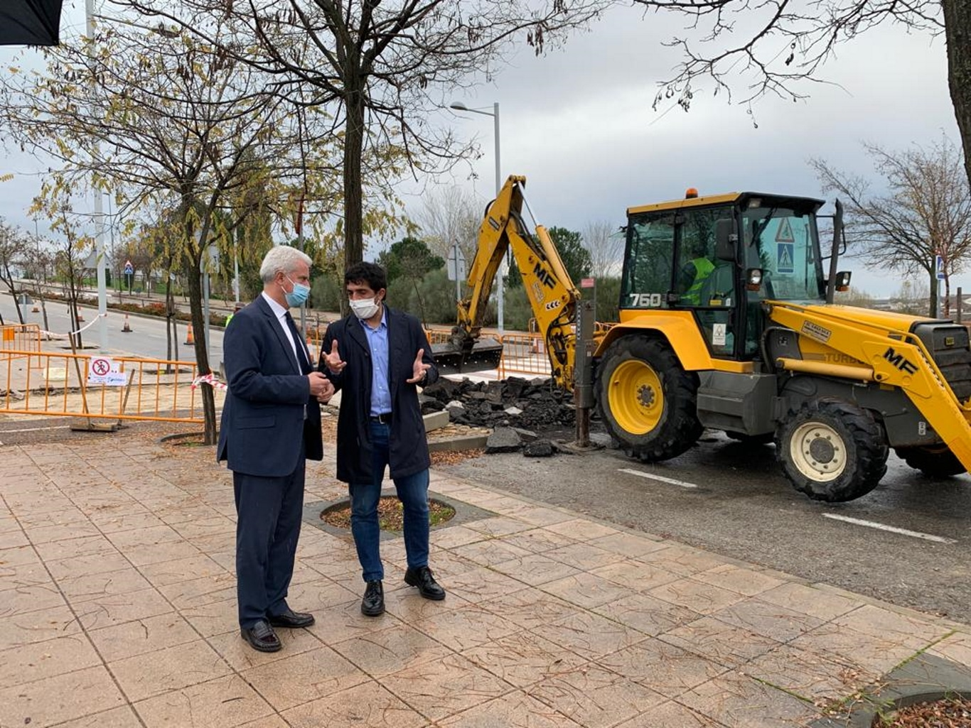 El alcalde y el vicealcalde visitan las obras de suavizado de los badenes.