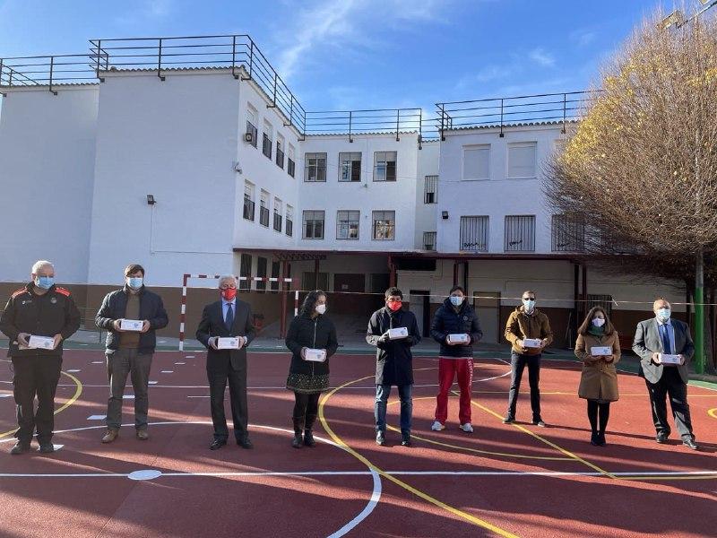 Entega de mascarillas en el colegio Francisco Carrillo.