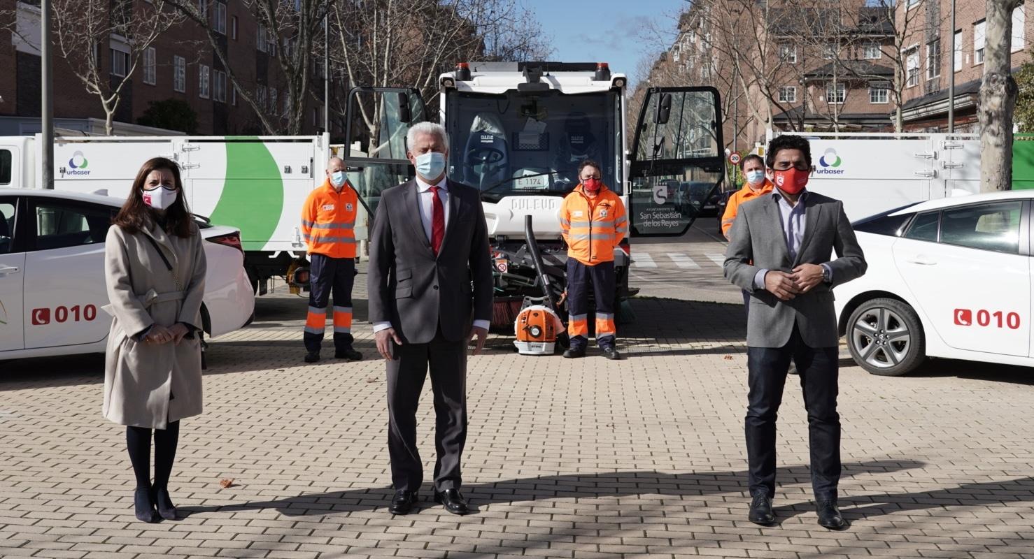 Alcalde, vicealcalde y concejala en la presentación de medios de limpieza