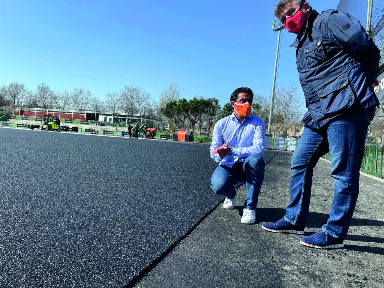 El vicealcalde y el concejal de Deportes visitan una de las obras de mejora de las instalaciones deportivas.