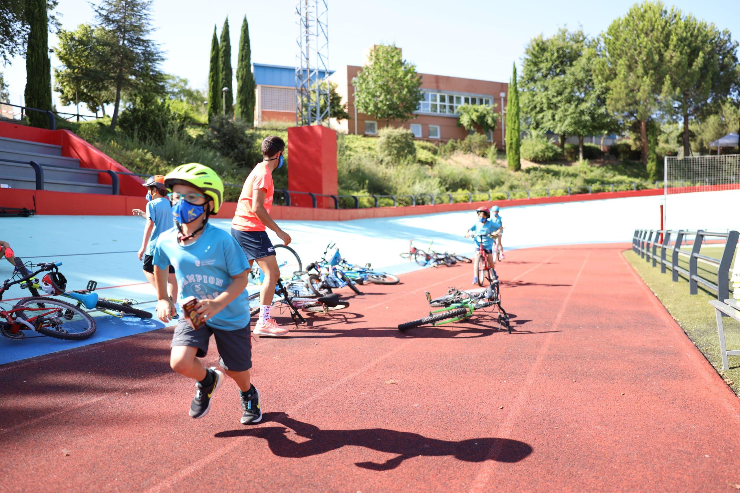 Un grupo de niños participantes el el campus del año pasado.